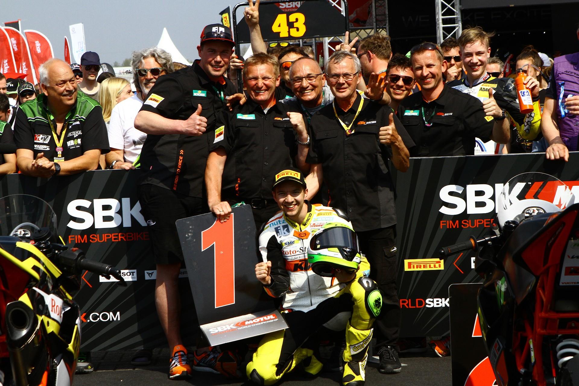 SENSATIONSIEG IN ASSEN – Luca Grünwald fährt ersten WM-Sieg für Freudenberg KTM Team ein